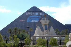 The Luxor - Pyramide am Strip neben dem Mandalay Bay Hotel in Las Vegas.jpg